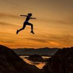 https://pixabay.com/de/zu-erreichen-frau-m%C3%A4dchen-springen-1822503/